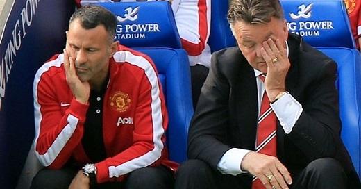 Van Gaal đau khổ trong thất bại trước Leicester mùa trước.