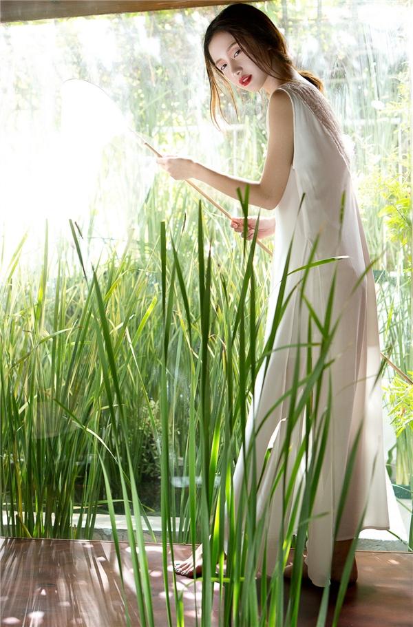 """Phong cách thời trang váy ngủ đã bắt đầu """"càn quét"""" trở lại trong những ngày đầu hè 2016. Khác với sự đơn giản thường thấy như mùa trước, món trang phục mang vẻ ngoài bắt mắt hơn khi được chọn phối nhiều lớp chất liệu khác nhau và kết hợp thêm renlàm điểm nhấn ở phần ngực hay chân váy."""
