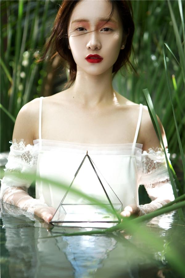 Ngoài trang phục, Jun Vũ còn mang đến một gợi ý khá thú vị cho các cô gái về cách làm đẹp. Với đôi mắt được tô điểm màu hồng cam ngọt ngào, Jun Vũ trông như trở về với những năm tháng tuổi thơ đầy mộng mơ nhưng lại phảng phất đâu đó chút dư vị của tuổi đôi mươi tràn đầy nhựa sống.