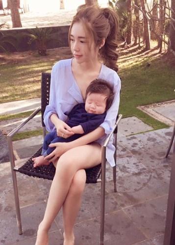 Khoảnh khắc ấm áp của cậu quý tử lúc 2 tháng tuổi bên mẹ Elly Trần. - Tin sao Viet - Tin tuc sao Viet - Scandal sao Viet - Tin tuc cua Sao - Tin cua Sao