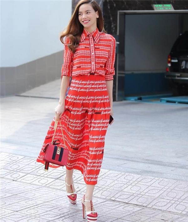 Trong buổi dạo phố, dự tiệc vào chiều qua, Hồ Ngọc Hà xuất hiện rạng rỡ trong bộ váy điệu đà với nền đỏ tươi tắn cùng họa tiết sắc trắng thanh tao, nhã nhặn. Đi kèm bộ trang phục là túi xách nhỏ xinh, giày cao gót gợi cảm.