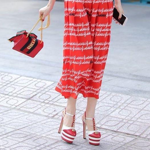 Được biết, bộ váy là thiết kế của nhà mốt Gucci và nằm trong bộ sưu tập Xuân - Hè 2016. Trên các web hàng, bộ váy này được bán với giá khoảng 30 triệu đồng (khoảng 745 bảng anh, 1360 đô la). Đôi giày cao gót đi kèm cũng có giá không hề kém cạnh: 23 triệu đồng.