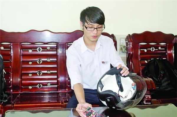 """Trần Đăng Khoa (lớp 12A1, Trường THPT Phú Bài) chế tạo thành công """"mũ bảo hiểm thông minh"""" cho người say rượu. Ảnh: Internet"""