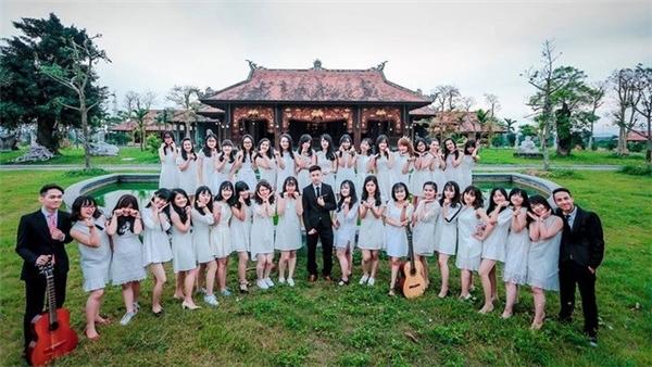 Tập thể 12C2, trường THPT Phan Bội Châu có thành phần chủ yếu là nữ, chỉ có 3 nam sinh.