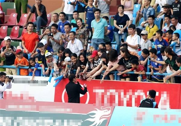 Sơn Tùng tung 4 hit, Than Quảng Ninh tung lưới đội bạn… 4 lần