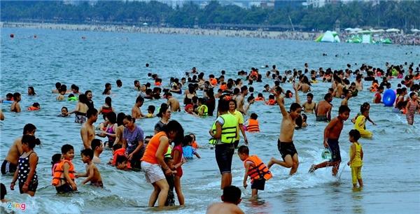 Thời tiết không quá nóng, biển hiền hòa, sóng nhẹ khiến nhiều người ngâm mình dưới nước khá lâu.