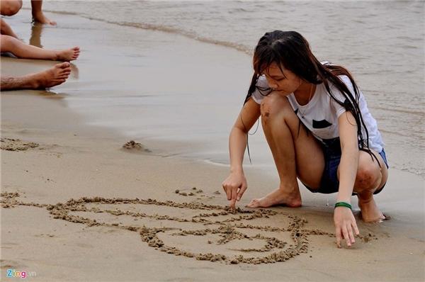 Nhiều bạn trẻ từ các địa phương lân cận với Khánh Hòa cũng tìm đến thành phố biển dịp này để tận hưởng hương vị đầu hè.