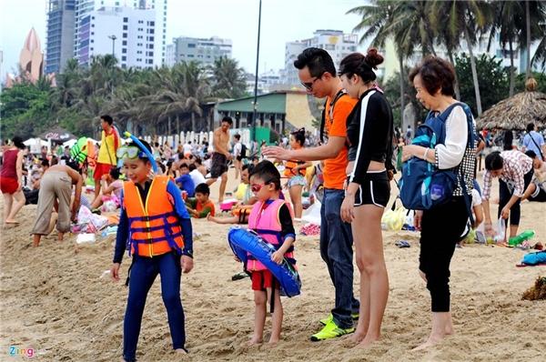 Tại đây còn có rất nhiều du khách nước ngoài. Trong ảnh là một gia đình người Trung quốc. Họ chuẩn bị cho con xuống tắm biển với áo phao, kính đầy đủ.