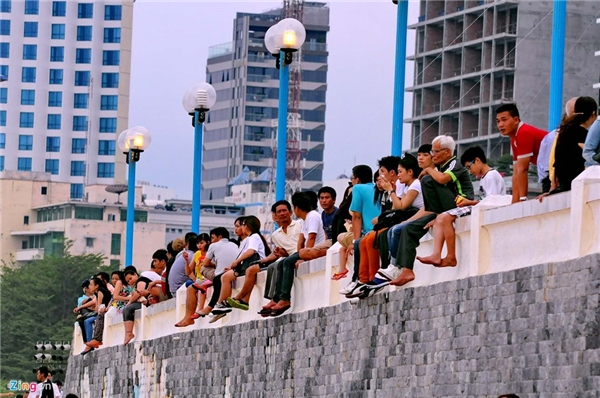 Những người không tắm mà đi biển hóng gió, tận hưởng không khí cũng khá nhiều. Khu vực gần tháp Trầm Hương, các bờ tường cũng kín mít.
