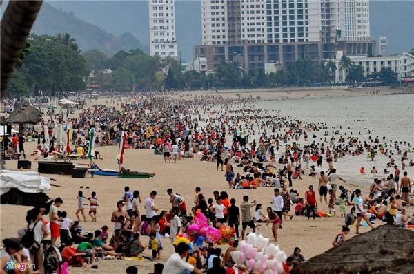 Dự kiến, từ nay đến hết mùa hè, biển Nha Trang sẽ liên tục đông vui nhộn nhịp không kém các dịp nghỉ lễ.