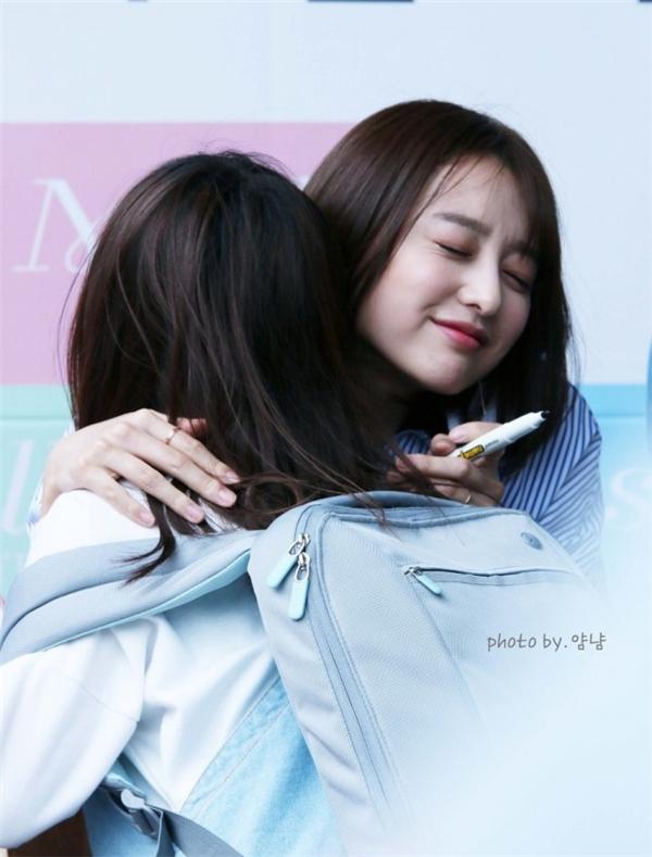 Kim Ji Won không ngần ngại trao cho các fan những cái ôm ấm áp. Nhìn biểu cảm cũng đủ biết cô nàng hạnh phúc cỡ nào khi được gặp gỡ người hâm mộ.