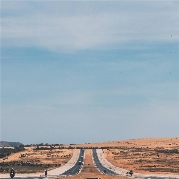 Con đường từ Bàu Trắng ra Phan Rí đẹp như trong phim.(Ảnh: Instagram @khang1417)
