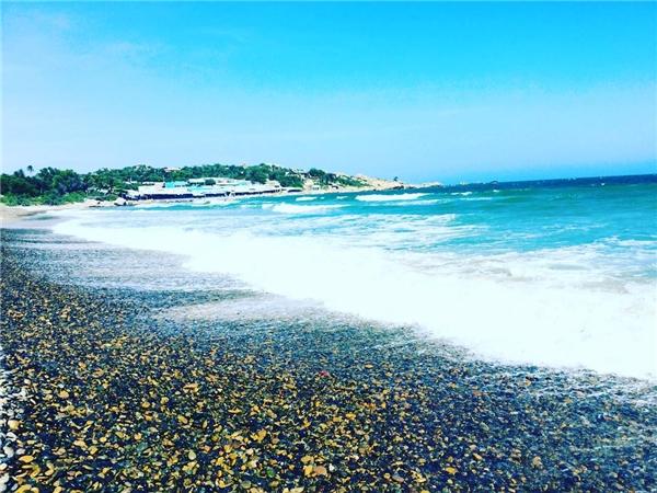 Bãi đá bảy màu ở biển Cổ Thạch, Bình Thuận.(Ảnh: Instagram @tracydinh103)