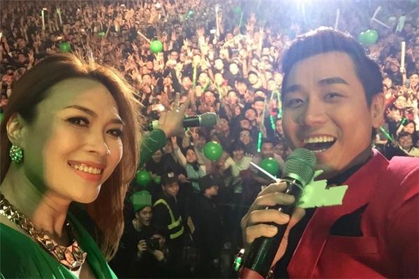 Mỹ Tâm chụp ảnh cùng MC Nguyên Khang và khán giả trong một chương trình mừng năm mới 2016. - Tin sao Viet - Tin tuc sao Viet - Scandal sao Viet - Tin tuc cua Sao - Tin cua Sao