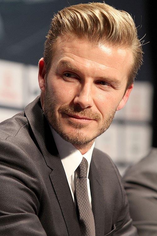 Liên tục nhiều năm qua, công chúng, khán giả thế giới đã quen thuộc với một Beckham có mái tóc được chải phồng gọn gàng, tươm tất. Tông màu vàng nâu mang đến vẻ ngoài trẻ trung cho cựu danh thủ 41 tuổi. Đây là kiểu tóc có thể áp dụng cho mọi khuôn mặt.