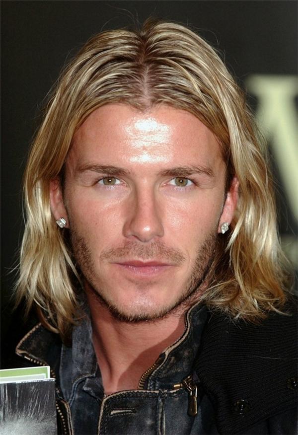 Mái tóc dài trông khá nghệ sĩ của ông bố 3 con.