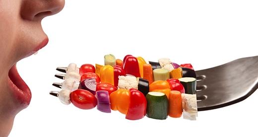 Những loại thực phẩm và thức uống bạn đưa vào cơ thể làmột trong những nguyên do chính tác động đến màu sắc của nước tiểu. (Ảnh: Internet)