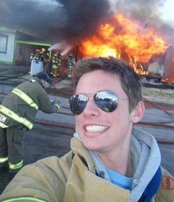 Dù đi cứu hỏa cũng phải cười đẹp trai để chụp ảnhà?(Ảnh: Internet)