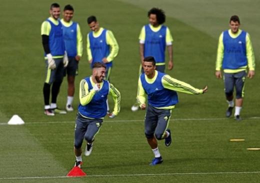 """Ronaldo chạy """"phăm phăm"""" đua tốc độ với Ramos"""