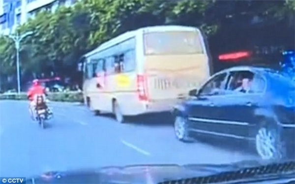 Đứng tim cảnh tượng bé gái 2 tuổi rơi ra từ cửa sổ xe buýt