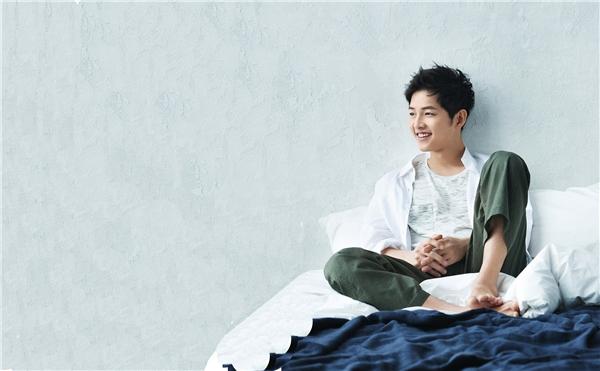 Nụ cười tỏa nắng của nam diễn viên truyền nguồn cảm hứng mãnh liệt cho một ngày mới. Vẻ ngoài vừa lịch thiệp nhưng không kém phần năng động, trẻ trung của Song Joong Ki đã trở thành hình mẫu lí tưởng cho nhiều cô gái.