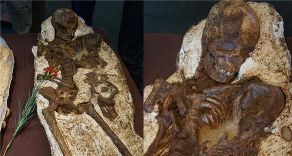 Hóa thạch mẹ ôm con 4.800 tuổi gây xúc động mạnh.(Ảnh: Internet)