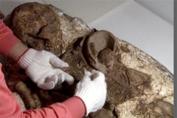 Bộ xươngngười mẹ đang âu yếm ôm con có tuổi đời lên đến 4800 năm tuổi. (Ảnh: Internet)