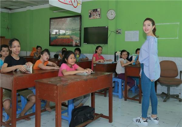 Nữ diễn viên còn tham gia giao lưu trong một lớp học tại nơi đây. - Tin sao Viet - Tin tuc sao Viet - Scandal sao Viet - Tin tuc cua Sao - Tin cua Sao