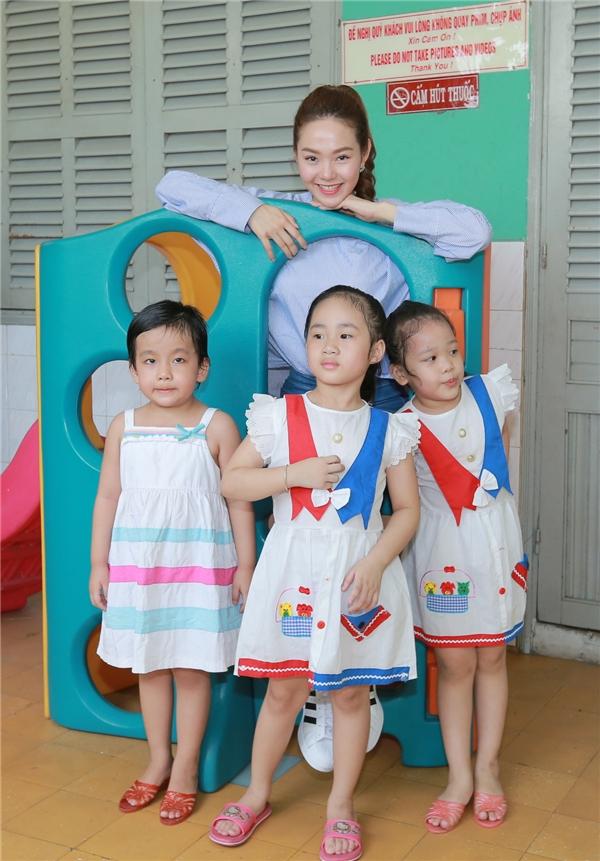 Trung tâm nuôi dưỡng bảo trợ trẻ em Tam Bình hiện đang chăm sóc 242 cháu từ sơ sinh đến 18 tuổi thuộc diện mồ côi hoặc khuyết tật. Dành gần trọn một ngày ở đây, Minh Hằngđã dành thời gian chơi đùa và cahát với các bé. - Tin sao Viet - Tin tuc sao Viet - Scandal sao Viet - Tin tuc cua Sao - Tin cua Sao