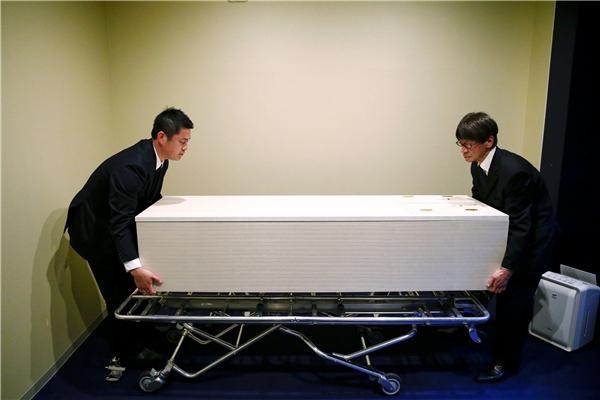 """Nhân viên khách sạn đưa """"khách đặc biệt"""" vào phòng.(Ảnh: Reuters)"""