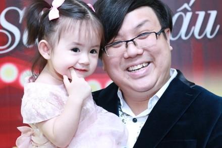 Cô bé rất tự tin tạo dáng trước ống kính và mangnhiều nét đẹp của bố mẹ. - Tin sao Viet - Tin tuc sao Viet - Scandal sao Viet - Tin tuc cua Sao - Tin cua Sao