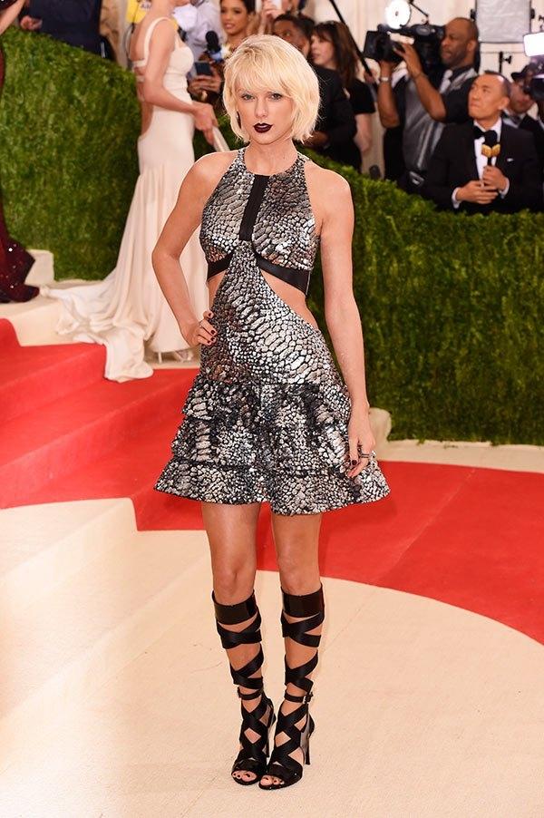 Taylor Swift khác biệt khi chọn tạo hình khá đơn giản với váy ánh kim cắt xẻ kết hợp sandal chiến binh. Đây là một thiết kế của Louis Vuitton chuẩn bị riêng cho nữ ca sĩ danh tiếng.