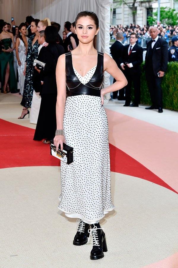 Louis Vuitton cũng là lựa chọn của Selena Gomez. Cô nàng trông đơn giản với váy chấm bi nhẹ nhàng bên trong kết hợp bra-top bên ngoài. Giày boots da đi kèm giúp nữ ca sĩ trở nên ấn tượng hơn hẳn.