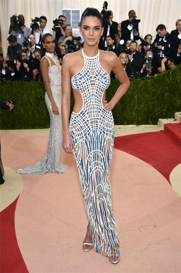 Trong khi đó, Kendall Jenner lại gây ấn tượng với họa tiết hình học cùng những đường cắt xẻ táo bạo ở thắt eo.