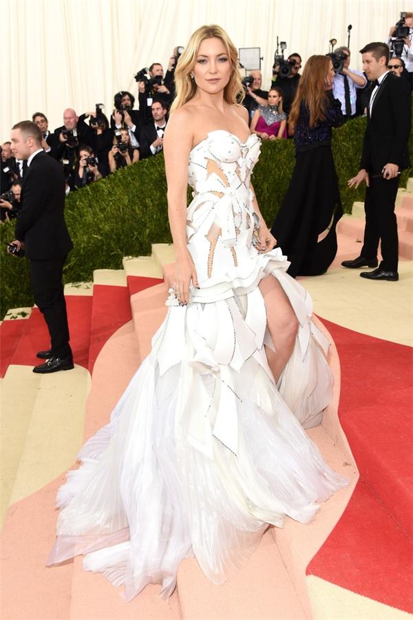 Những chi tiết cắt, nối tinh xảo đã tạo nên chiếc đầm cầu kì cho Kate Hudson.