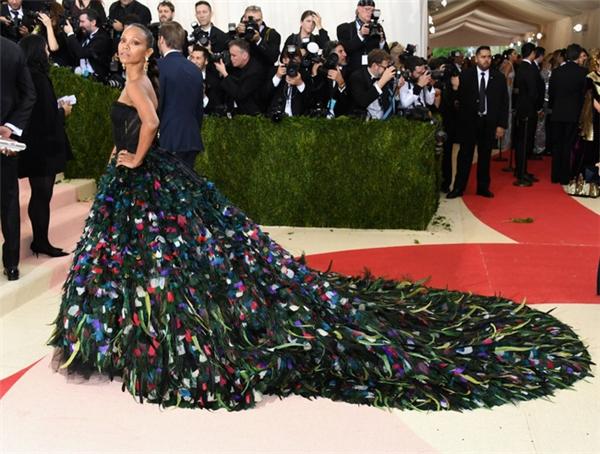 Zoe Sandana lộng lẫy trên thảm đỏ với chiếc váy chim công của Dolce and Gabbana.