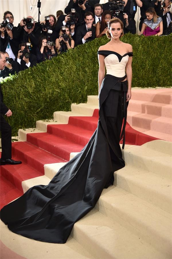 Trên nền đen, tông trắng ở phần thân váy tạo nên điểm nhấn cho thiết kế mà Emma Watson diện. Đây là thiết kế của CK.