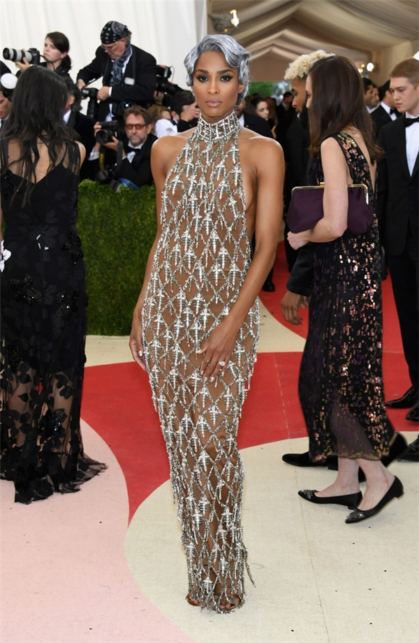 Ciara táo bạo với thiết kế xuyên thấu của H&M.