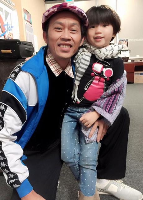 Cuối năm 2015 vừa qua, danh hài Hoài Linh đã chính thức nhận bé Nguyệt Cát làm con nuôi. - Tin sao Viet - Tin tuc sao Viet - Scandal sao Viet - Tin tuc cua Sao - Tin cua Sao