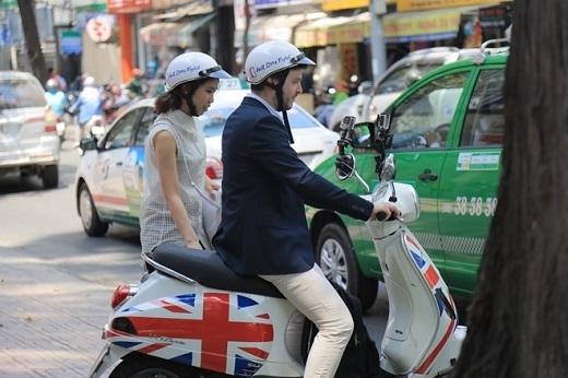 Cuộc trò chuyện bằng tiếng Anh và khoảnh khắc ngẫu hứng của cả anh tài lẫn hành khách.
