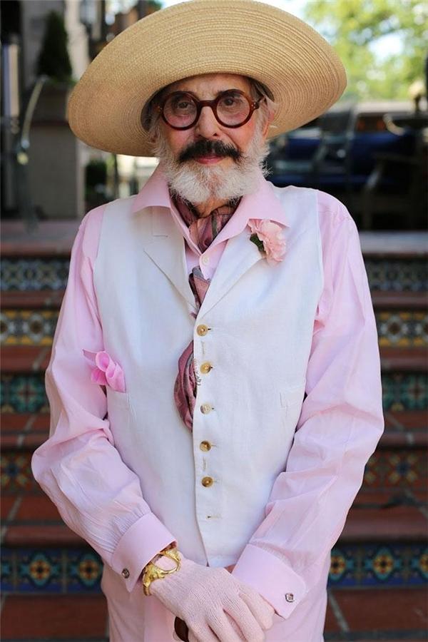 Ai nói màu hồng là dành cho phụ nữ. Màu hồng cho thấy sự tinh tế tỉ mỉ của đàn ông nhé. Phải đánh má hồng nữa mới chuẩn một bộ đấy.(Ảnh: Internet)
