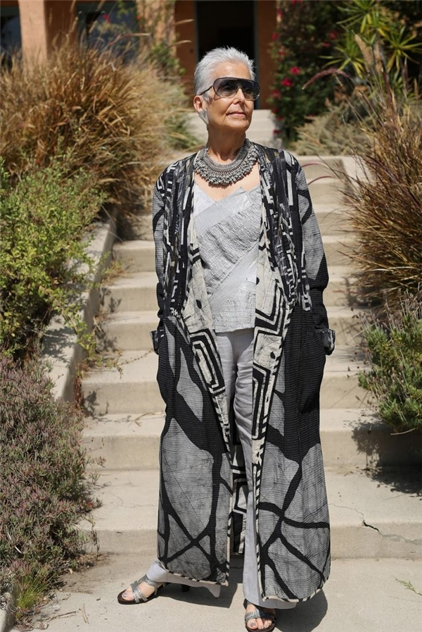 Chọn cho mình tông màu trung tính, quý bà này cho thấy gu thời trang của mình chẳng thua kém một fashionista nào.(Ảnh: Internet)