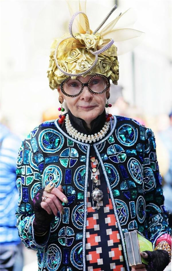 Phong cách đặc sắc cùng thần thái chuyên nghiệp củalão bà bà này khiến cho bất kì ai cũng bị cuốn hút.(Ảnh: Internet)