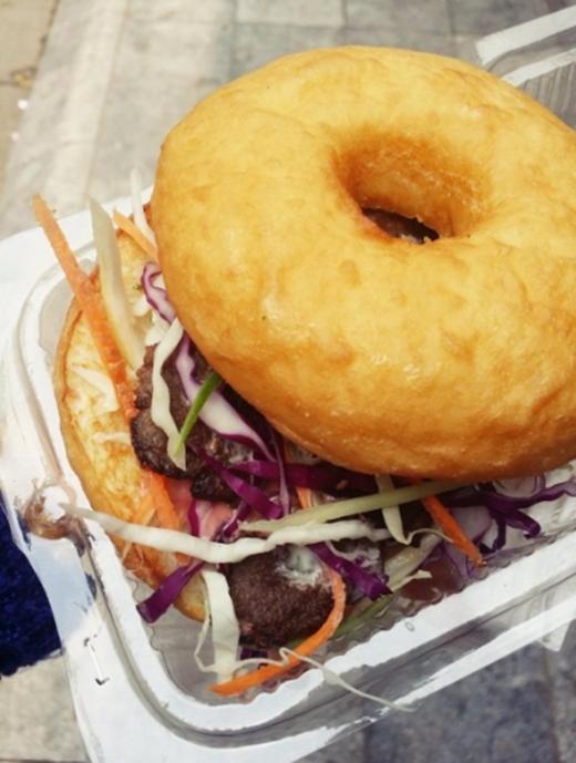 45.000 đồng cho bữa trưa nhanh, gọn, nhẹ mà vẫn cực kì chất lượng với một chiếc donut bò bít tết ngon độc đáo. (Ảnh: Internet)