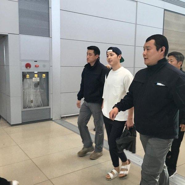 Song Joong Ki mang dép, hào hứng sang Thái họp fan