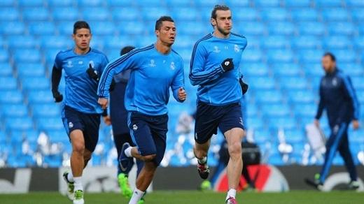 Ronaldo (trái) cần lui về hỗ trợ hàng thủ Real nhiều hơn.