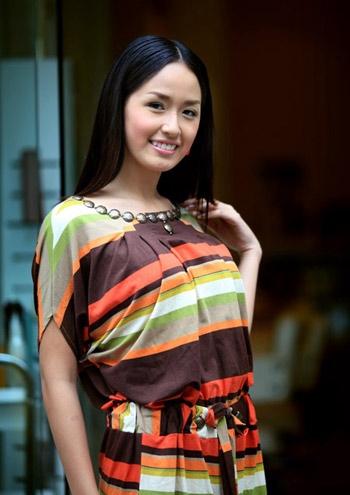 Gương mặt Mai Phương Thúy tròn trĩnh, phúc hậu đậm chất Á đông. Trong cùng năm, cô lọt vào top 17 của cuộc thi Hoa hậu Thế giới - thành tích khá tốt của Việt Nam tại đấu trường nhan sắc này.