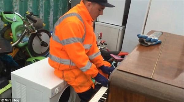 """""""Nếu ngày nàocũng có người chơi đàn piano tại bãi phế thải như thế này thì thật tốt biết mấy!"""".(Ảnh: ViralHog)"""