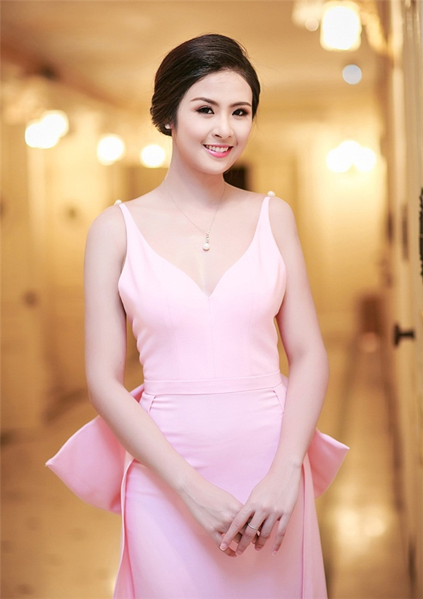 Hàm răng là đặc điểm thay đổi nhiều nhất của Ngọc Hân sau 6 năm đăng quang. Sự thay đổi này giúp gương mặt của Hoa hậu Việt Nam 2010 trông thanh thoát hơn.