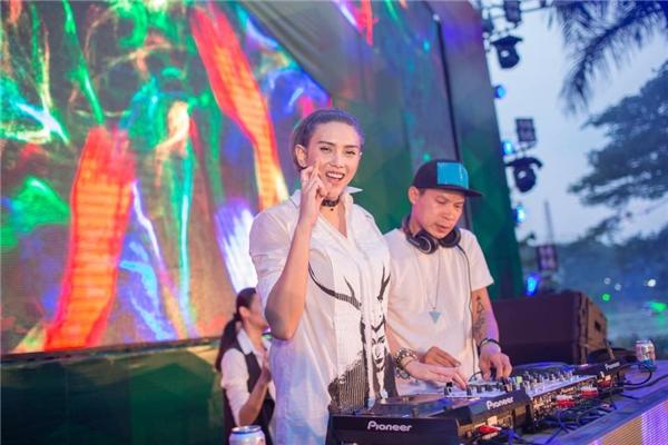 Sau khi giải nghệ, siêu mẫu Võ Hoàng Yến khiến dư luận vô cùng ngạc nhiên khi xuất hiện với tư cách một DJ. - Tin sao Viet - Tin tuc sao Viet - Scandal sao Viet - Tin tuc cua Sao - Tin cua Sao